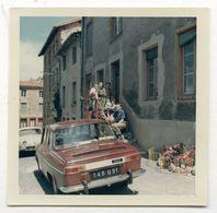 PHOTO ANCIENNE COULEUR Famille Escalier Maison Photographie Automobile Voiture Auto Véhicule 1966 Modèle Renault - Automobili