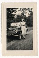 PHOTO ANCIENNE Femme Robe Blanche Photographie Automobile Voiture Auto Véhicule 1950 Modèle Renault 4 CV ??? - Automobili