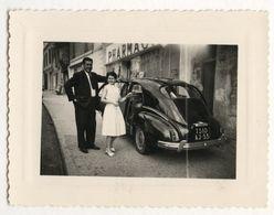 PHOTO ANCIENNE Couple Photographie Automobile Voiture Auto Véhicule 1959 Modèle à Identifier Citroën Renault Peugeot ?.. - Automobili