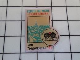 """415a Pin's Pins / Beau Et Rare / THEME : SPORTS / 1991 PETANQUE """"JEN"""" PROVENÇAL COMITE DU RHONE VILLEFRANCE - Pétanque"""