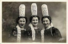 - Finistère -ref-E484bis- Joli Trio De Bigoudennes - Jeunes Femmes - Coiffe - Dentelle - Coiffes - Folklore - - France