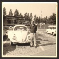 Man And Old Car VW Old Photo 9x9 Cm #30690 - Automobili
