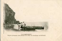 LA MARTINIQUE - NEGRES POUSSANT LEUR PIROGUE à La MER Au MOUILLAGE De St PIERRE - - Martinique