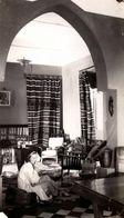 Photo Originale Femme Décrivant Son Intérieur Soudanais, Peinture Femme Peuhl, Tentures, Lustre Chapeau, Peau De Tigre - Objets