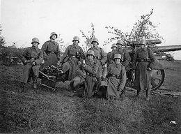 Photo De Soldat Allemand Dont Un Qui A Un Obus Dans Les Bras Posant Avec Leurs Canon Au Front En 39-45 - Krieg, Militär
