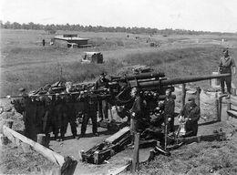 Photo De Soldats Allemand  Nettoyant L'affut De Leurs Canon De D C A En 39-45 - War, Military