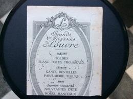 BUVARD GRANDS MAGASINS DU LOUVRE  Blanc Toiles Trousseaux Gants Dentelles Parfumerie Fleurs Robes Manteaux - Vestiario & Tessile