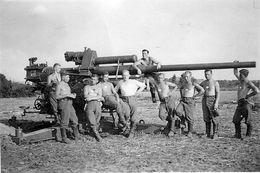 Photo De Soldats Allemand Posant Avec Leurs Canon De D C A  Dans Un Champ En 39-45 - Krieg, Militär