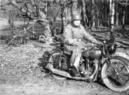 Photo D'un Soldat Allemand Sur Sa Moto Dans Un Bois En 39-45 - Krieg, Militär
