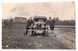 Photo - 2 Jeunes Garçons Devant Une Ancienne Voiture Peugeot - Automobili
