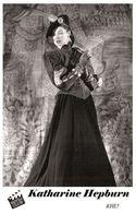 KATHARINE HEPBURN (PB5) - Film Star Pin Up PHOTO POSTCARD - Pandora Box Edition Year 2007 - Femmes Célèbres