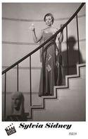 SYLVIA SIDNEY (PB19) - Film Star Pin Up PHOTO POSTCARD - Pandora Box Edition Year 2007 - Femmes Célèbres