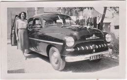 Petite Photo Automobile  Une Belle Ford Vedette Année 50 Immatriculée 77 Et Madame à Villemanoche (Yonne 89) - Automobiles