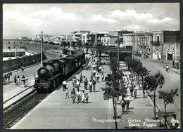 CV3474 MANFREDONIA (Foggia FG) Piazza Marconi Con Primo Piano Di Treno A Vapore, FG, Viaggiata 1964 Per Cittiglio, Ottim - Manfredonia