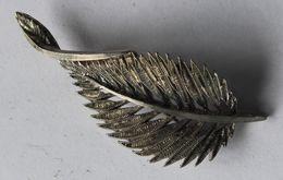 Belle Broche Ancienne Forme De Feuille En Métal Argenté - Broches