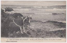 CPA _ SUR LES BORDS DE L'OCEAN _ Un Des Grands Plaisirs Des Vacances , C'est La Pêche à La Crevette {S28-06/20} - Pesca