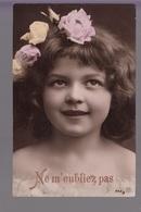 CPA FANTAISIE - Joli Portrait De Fillette Avec Fleurs Dans Les Cheveux Ne M'oubliez Pas - Abbildungen