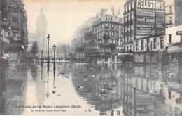 75 - PARIS 12 °  INONDATIONS DE PARIS (1910) CRUE DE LA SEINE La Rue De LYON Sous L'eau ( Pub CELESTINS & QUIQUINA ) CPA - De Overstroming Van 1910