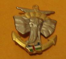 E.F.A.O, éléphant, Défenses Blanches, Ajouré, Dos Argenté,tête D'éléphant Argentée Sur Coupole De Parachute Dorée Au Sig - Hueste