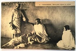 MADAGASCAR  DEVIN PAIEN SOIGNANT UN MALADE  1927. - Madagascar