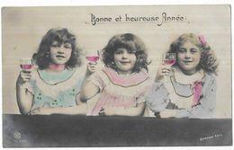 Bonne Et Heureuse Année 3 Fillettes Tenant Un Verre De Vin Dans La Main - Portraits