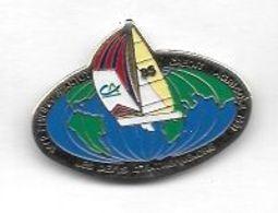 Pin's  Bateau  85, LES  DÉFIS  D' ENTREPRISE  Avec  La  Banque  CRÉDIT  AGRICOLE  Et  PHILIPPE  JEANTOT  1982 - 1991 - Barcos