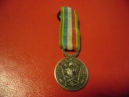 FRANCE - Insigne 20 Mm Association Des Anciens Sous Officiers Des Armées De Terre Et De Mer 4 Février 1890 Argent - Insignias