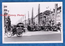 Photo Ancienne Snapshot - BERLIN - Une Avenue Sous Le Troisième Reich - Automobile à Identifier - Tricycle - WW2 - Coches