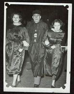 1950 - Binche - Petite Photo 8 Cm X 6 Cm - Carnaval - 3 Personnes En Habits - 2 Scans - Personas Anónimos