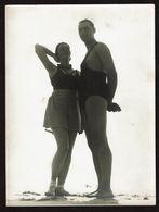 1936 - Grande Photo Artistique 18 X 24 Cm - Sur La Plage De Bredene - Couple - Homme En Maillot De Bain - 2 Scans - Lugares
