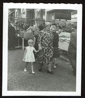 Photo - 9 Cm X 7,5 Cm - Marcheur & Marcheuse De Rue - Fillette Et Sa Grand-mère - Street Photography - Voir Scan - Personas Anónimos