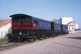 ReproductionPhotographie D'une Vue De L'arrière D'un Ancien Train Du Montpellier-Palavas En 1969 - Reproducciones