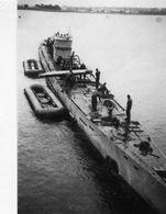 Photo D'un U-BOAT Allemand Se Rechargeant En Torpille En Mer En 39-45 - Guerre, Militaire