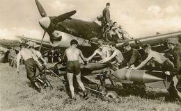 Photo De Mécaniciens Allemand Armant Les Avion De Chasse Allemands En 39-45 - Guerre, Militaire