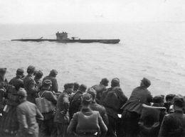 Photo De Soldats Allemand Sur Un Navire Regardant Un U-BOAT  En Mer En 39-45 - Guerre, Militaire