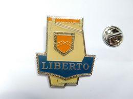 Superbe Pin's , Marque Liberto  , Mode , Vêtement - Marcas Registradas