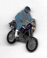 Pin's  Argenté  MOTO  Bleu, Pilote  Et  Casque  Bleu - Motorfietsen