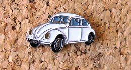 Pin's WOLKSWAGEN VW Coccinelle Blanche Peint Cloisonné Fabricant Inconnu - Volkswagen