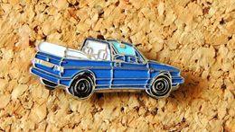 Pin's WOLKSWAGEN VW GOLF Cabriolet Bleue Peint Cloisonné Fabricant Inconnu - Volkswagen