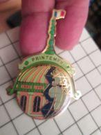 415c Pin's Pins / Beau Et Rare / THEME : MARQUES / TRES GRAN PIN'S DOUBLE ATTACHE MAGASIN PARIS LE PRINTEMPS - Marcas Registradas