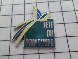 415c Pin's Pins / Beau Et Rare / THEME : ANIMAUX / OISEAU EXOTIQUE FETE DU PRINTEMPS MAGASIN PARIS Par VMP - Militaria