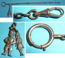 Rare Ancienne Chaine De Montre à Gousset En Laiton Plaqué Or, Avec 2 Personnages Roudoudou Militaire Et Delurette - Bijoux & Horlogerie