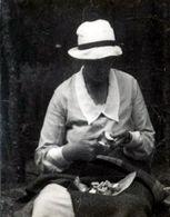 Petite Photo Originale A Manger ! Femme Au Chapeau épluchant Sa Cueillette De Champignons Vers 1920 - Persone Anonimi