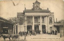 33 - Arcachon - L'Hotel De Ville - Animée - Etat Pli Visible - CPA - Voir Scans Recto-Verso - Arcachon