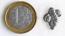 Pin's MICHELIN Petit Bibendum Argenté Fabricant Inconnu - Pin's