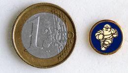 Pin's MICHELIN Mini Bibendum Dans Un Cercle Bleu Fabricant Inconnu - Pin's