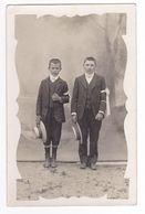 Carte Photo De 2 Jeunes Garçons En Habit De Communiants Avec Brassard Et Chapeau VOIR ZOOM Et VOIR DOS - Christentum