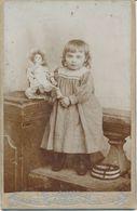 CABINET - Portrait Fillette En Studio Avec Son Jouet - Poupée - Par Arnoux à Amiens (ca 1900) (BP) - Oud (voor 1900)