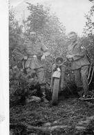 Photo De Deux Soldats Allemand Posant A Coté De Leurs Moto Dans Un Bosquet En 39-45 - Guerre, Militaire