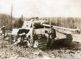 Photo De Soldat Francais A Coté D'un Char Allemand Détruit En 39-45 - Guerre, Militaire